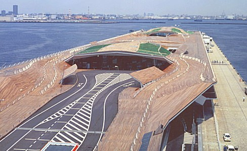「大桟橋のターミナル」に駐車場がありますが、こちらはかなり激安料金で利用できるのですが、混雑時は一番に埋まってしまうのでオススメできません