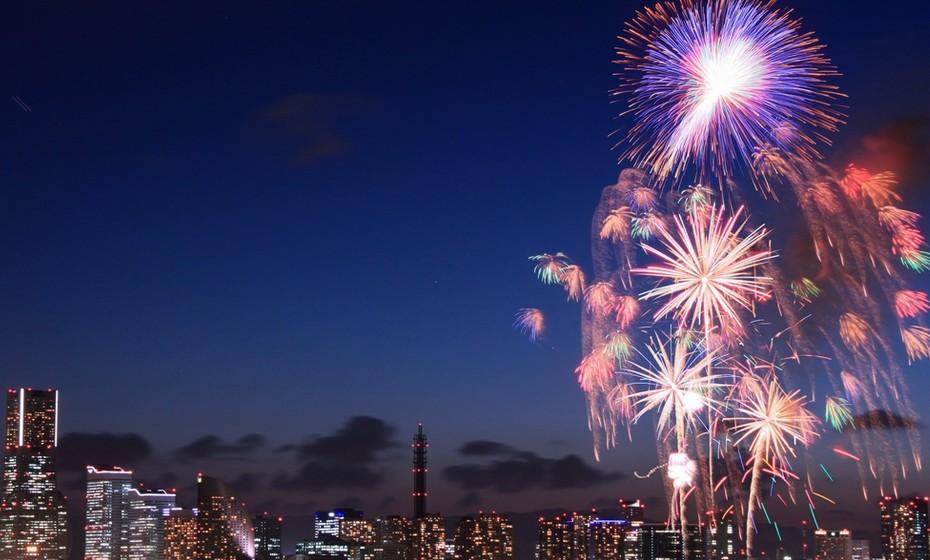 毎年恒例・横浜 山下公園のイベント:「神奈川新聞花火大会」